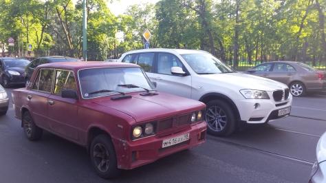 La variedad automotriz de Moscu en una imagen. Autos último modelo al lado de otros muy antiguos.