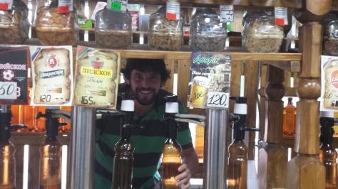 El sueño del pibe: Nico, del otro lado del mostrador en un minimercado especial de cervezas.