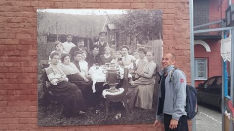 Ale, un amigo ruso que nos hospedó en Boskresensk, que imita la cara del segundo integrante de la foto, empezando de la derecha.