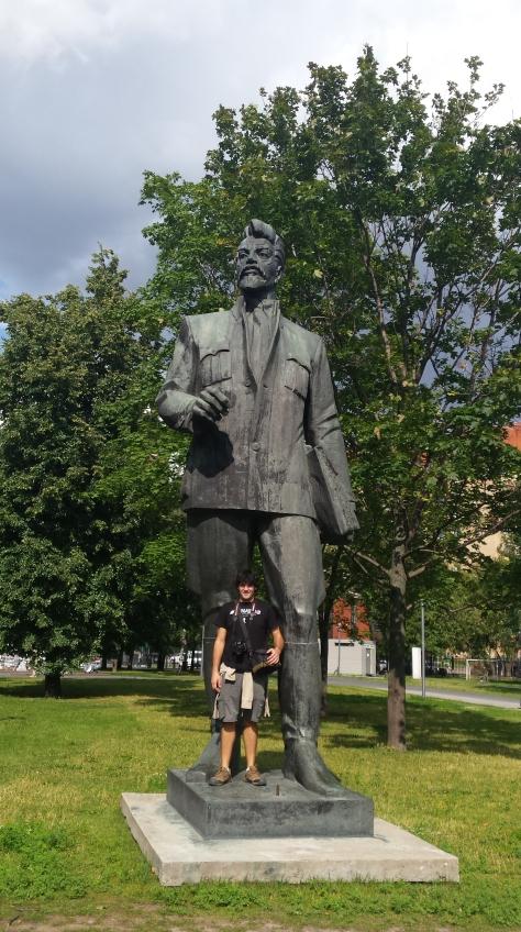 Nico es la referencia de 1.86 metros, para que se imaginen el tamaño de las estatuas soviéticas.