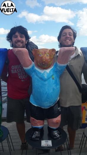 Con el oso de Uruguay, en la muestra mundial de ositos de madera.