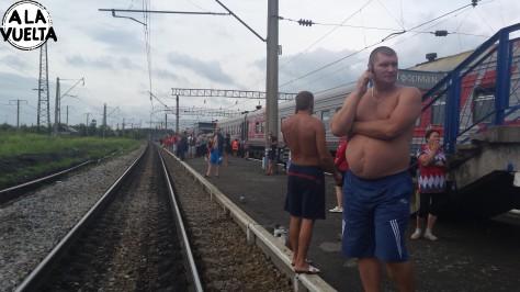 Tranqui, el amigo ruso, con 15 grados, sin remera en una parada del Transiberiano.