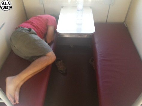 Viene la inspectora del vagón y nos pide el colchón y las sábanas, aunque queremos seguir durmiendo.