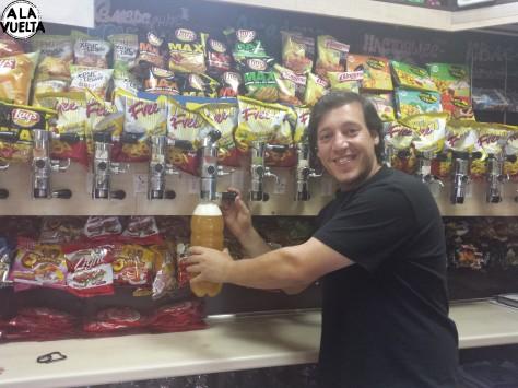 Germán se pasó al otro lado del mostrador para servir una cerveza.
