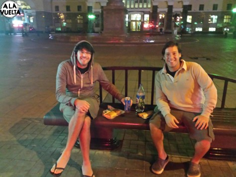 Parada del Transiberiano, corrida al súper, cena en un banco de la plaza de Krasnoyarsk.