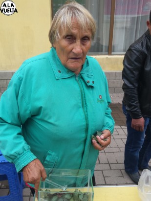 Esta señora vende tortugas y tiene un puñado de ellas en su mano...