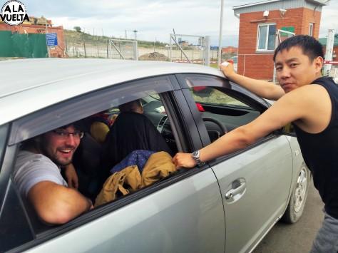 Ese enano nos ofreció llevarnos por la frontera de Rusia a Mongolia de onda y nos terminó pidieron plata. Mala onda.