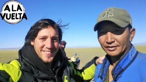 Si este señor no nos trae hasta el cruce, seguiríamos dando vueltas en Mongolia.