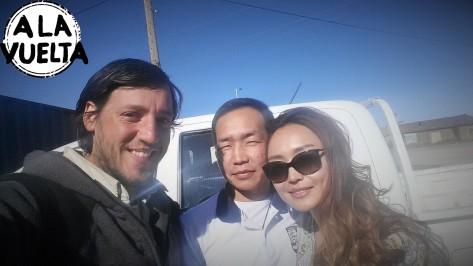 Los que subieron la moto de Germán en su camioneta y la llevaron hasta el pueblo para repararla se ganaron una selfie.
