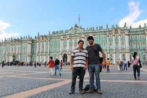 En la Plaza del Palacio, con el Museo Hermitage de fondo.