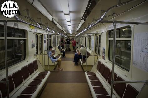 Casi solos en el metro, durante el último servicio.