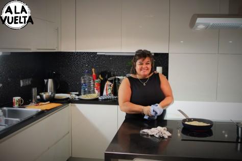 Nancy, la mamá de Guille Cotugno, cocinando unas pizzas...