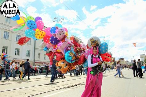 Vendedora de globos en el Día Nacional de Ekaterimburgo.
