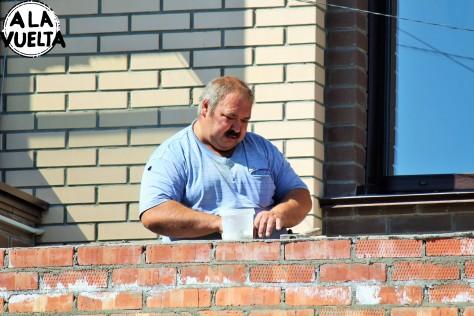 El tipo es un obrero en la Siberia y le tocan 30 grados de calor.