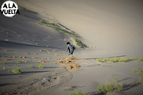 Nico bajando por la duna más grande del desierto de Gobi, el segundo más gigante del mundo después del Sahara