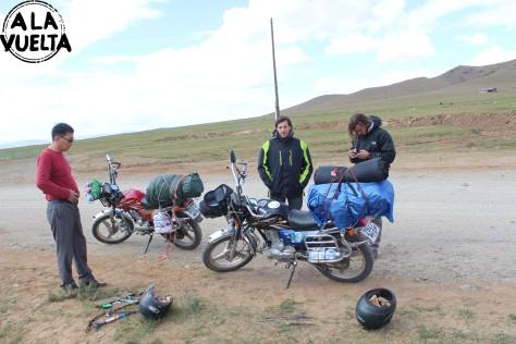 El señor que nos ayudó a arreglar la moto, algo que nunca sucedió.