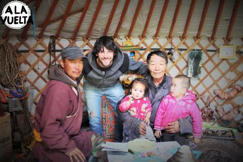 El jefe de familia, su hijo y sus nietas, hospitalidad extrema.