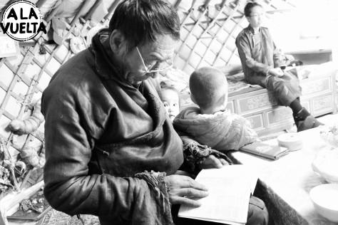 El señor nos pide el libro y empieza a leer las traducciones, mirar las fotos de mongolia y revisar los mapas.