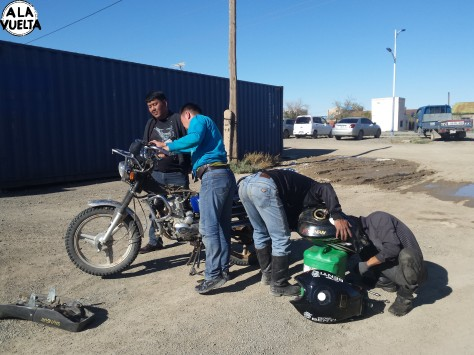 Muchos empleados ayudaron a reparar el tanque roto.
