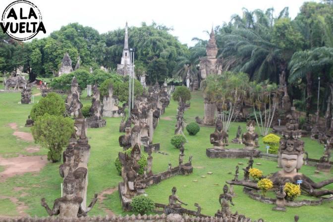 Rodeados de budas y latinos en Laos